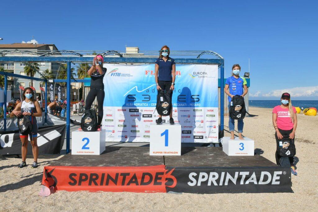 Il podio femminile del 4° Triathlon Olimpico Città di Porto Recanati (Foto: Roberto Del Vecchio)