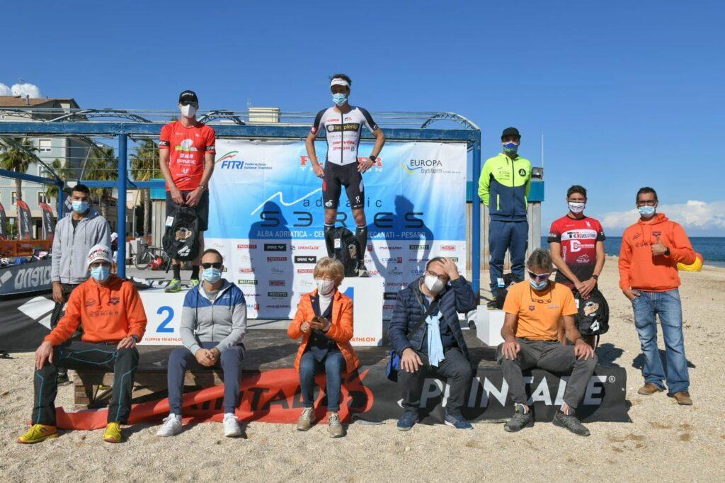 Il podio maschile del 4° Triathlon Olimpico Città di Porto Recanati (Foto: Roberto Del Bianco)