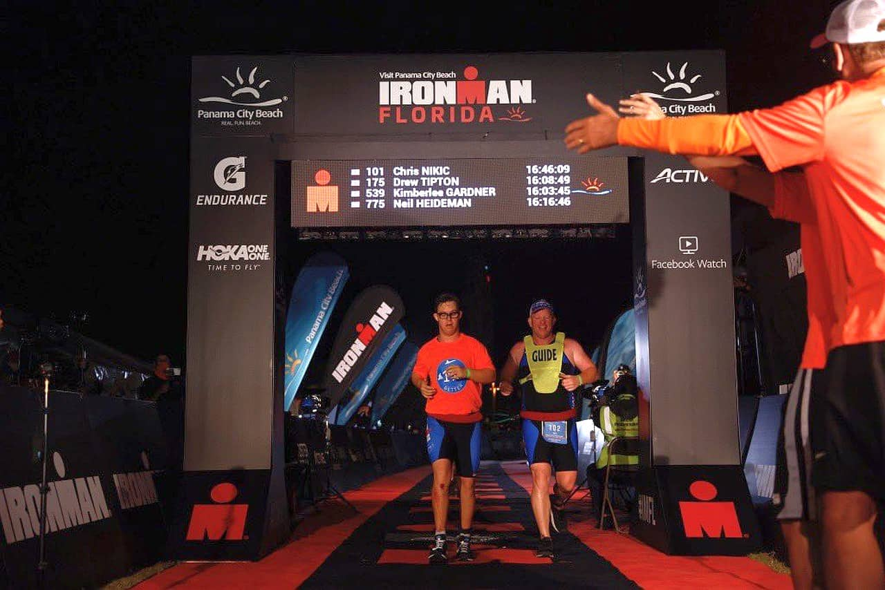 Chris Nikic varca la finish line dell'Ironman Florida 2020