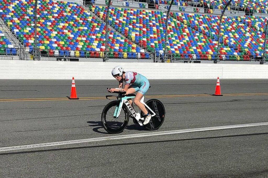 La canadese Paula Findlay trionfa al PTO Championship 2020 Challenge Daytona, eccola in azione in bici