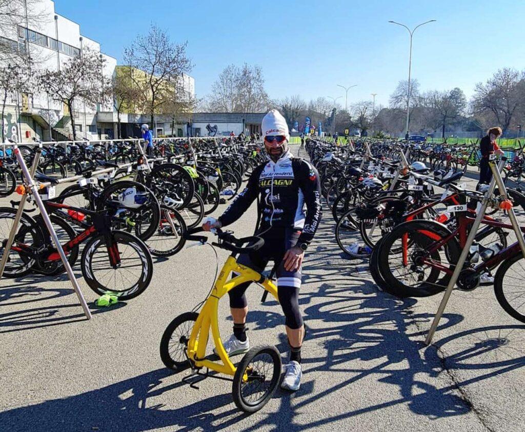 Carlo Calcagni in zona cambio sul suo Alinker, il mezzo che gli permette di correre, al suo esordio nel Duathlon Città di Pavia del 14 febbraio 2021