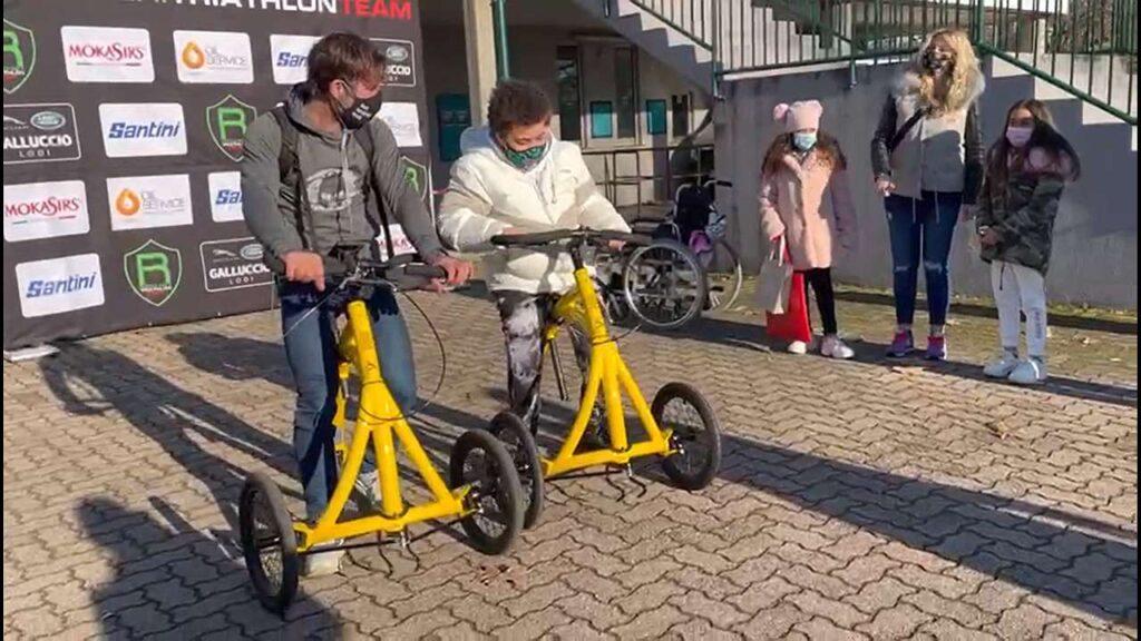 Il Colonnello Carlo Calcagni passeggia con Steven, 11 anni, che sta iniziando a utilizzare Alinker per ricominciare a muoversi (Duathlon di Pavia, 14 febbraio 2021)