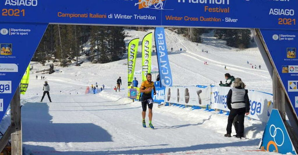 L'arrivo vincente di Filippo Barazzuol al Winter Cross Duathlon 2021 di Asiago