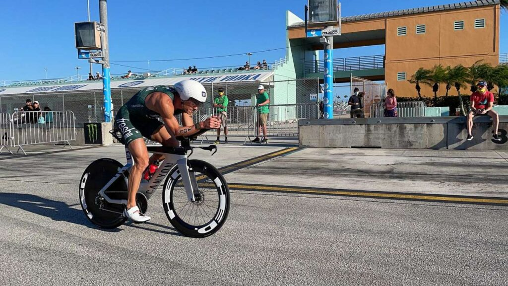 Lionel Sanders nella frazione bike del Challenge Miami 2021