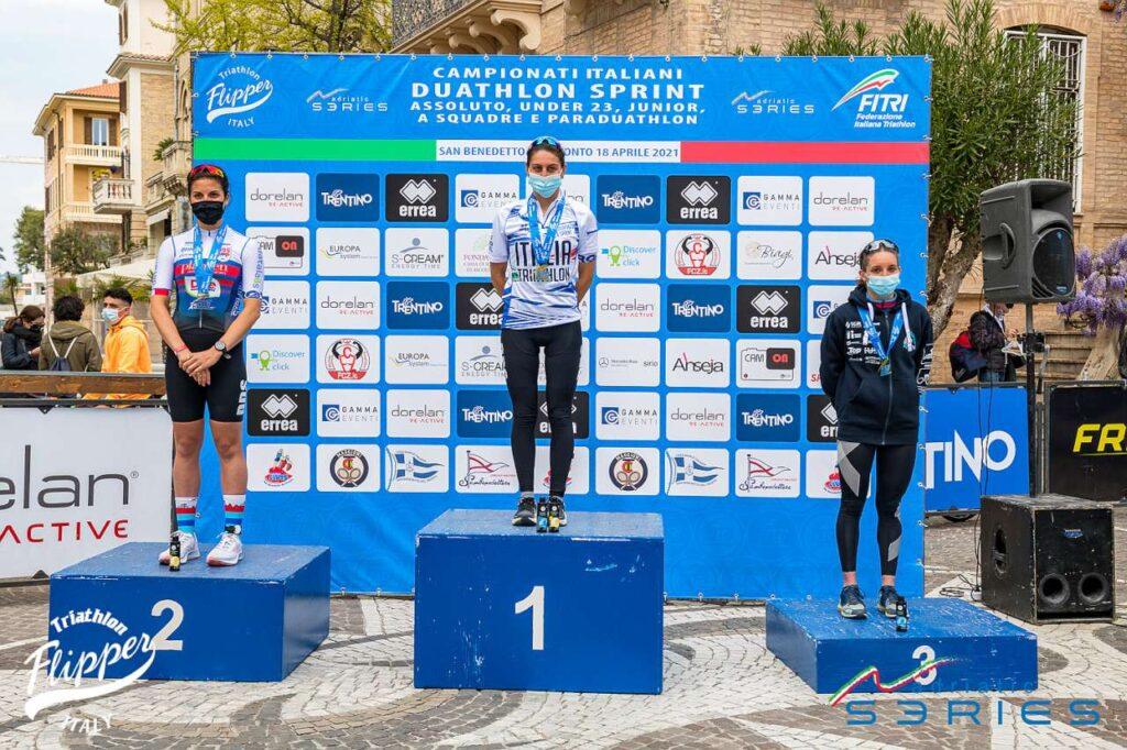 Il podio assoluto femminile dei Campionati Italiani di Duathlon Sprint 2021 di San Benedetto del Tronto: Iogna Prat, Spimi, Parodi