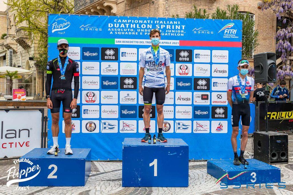 Il podio assoluto dei Campionati Italiani di Duathlon Sprint 2021 di San Benedetto del Tronto: Barnaby, Strada, Sarzilla