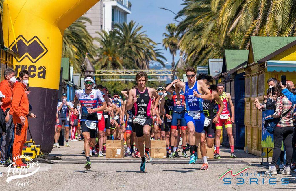 Il via maschile assoluto dei Campionati Italiani di Duathlon Sprint 2021 di San Benedetto del Tronto: da sinistra, Sarzilla, Cattabriga, Crociani, Strada
