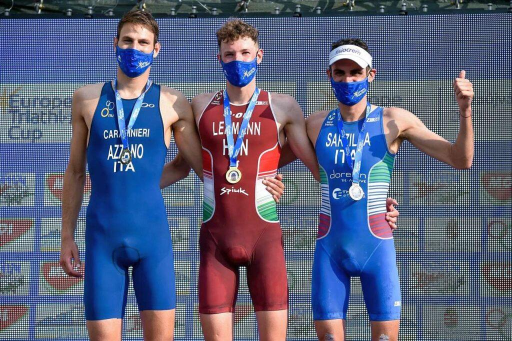 Il podio maschile dell'Europe Triathlon Cup Tiszaujvaros 2021: vince il magiaro Csongor Lehmann davanti agli azzurri Nicola Azzano e Michele Sarzilla