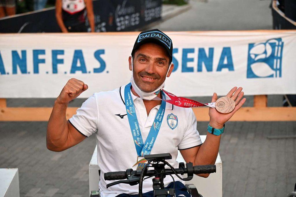 Giovanni Achenza vince l'ultima tappa di San Mauro e si aggiudica il circuito Italian Paratriathlon Series 2021; nella foto mostra la medaglia di bronzo vinta a Tokyo 2021