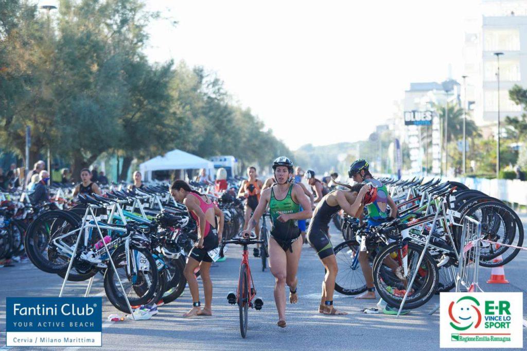 Una fase di gara del Campionato Italiano di Triathlon a Staffetta 2+2 di Cervia del 3 ottobre 2021