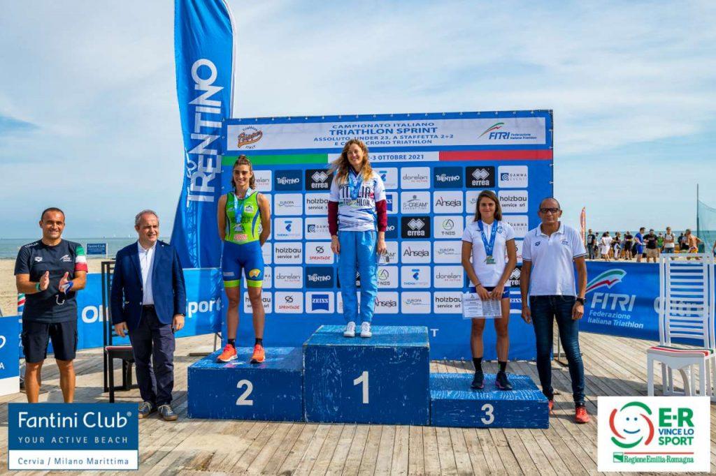 Il podio femminile assoluto dei Campionati Italiani di triathlon sprint a Cervia del 2 ottobre 2021 (Foto: Roberto Del Bianco / Flipper Triathlon)